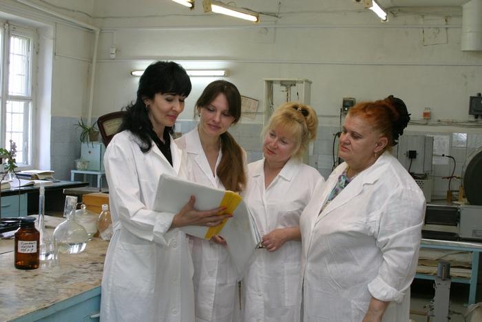 На фото – сотрудницы химлаборатории РМЗ (слева направо) – Елена Жукова, Оксана Мазуренко, Лидия Терешкина, Валентина Пинчук.